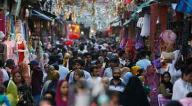 Muslim Kashmir berbelanja sebelum Idul Fitri di Srinagar, Kashmir yang dikuasai India (2/6/2019). Idul Fitri menandai berakhirnya bulan puasa Ramadan. (AP Photo/Mukhtar Khan)