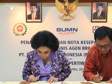 Direktur Hub. Kelembagaan Bank BRI Sis Apik Wijayanto dan Ketum Dharma Pertiwi Nanny Hadi Tjahjanto menandatangani MoU Layanan Jasa Keuangan Perbankan melalui Agen BRILink di Jakarta, (15/4). BRI memberikan kesempatan kepada anggota Dharma Pertiwi menjadi agen BRILink. (Liputan6.com/HO/Roni)