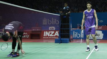 Tunggal putra Indonesia, Jonatan Christie, mengambil usai dikalahkan Chou Tien Chen pada laga Indonesia Open 2019 di Istora Senayan, Jakarta, Jumat (19/7). Jojo kalah 21-16, 18-21 dan 14-21. (Bola.com/Peksi Cahyo)