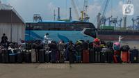 Sejumlah barang milik WNI yang menjadi anak buah kapal Kapal Pesiar MV Dream Explorer setibanya di Pelabuhan Tanjung Priok, Jakarta, Rabu (29/4/2020). Ratusan WNI ABK itu langsung menjalani rapid test Covid-19, sebelum dibawa menuju hotel untuk menjalani isolasi mandiri. (merdeka.com/Imam Buhori)
