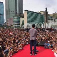 Presiden Jokowi berdiri di podium di antara masyarakat yang tumpah ruah di Bundara HI untuk menyaksikan peresmian MRT. (Istimewa)