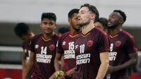 Gelandang PSM Makassar, Marc Klok, tampak kecewa usai gagal lolos ke final Zona ASEAN Piala AFC 2019 meski menang atas Becamex Binh Duong di Stadion Pakansari, Rabu (26/6). PSM menang 2-1 atas Becamex Binh Duong. (Bola.com/M Iqbal Ichsan)