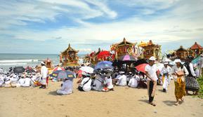 Umat Hindu Bali melakukan upacara Melasti di pantai Petitenget, Bali, Rabu (14/3). Sebelum Hari Raya Nyepi, masyarakat Bali yang beragama Hindu melakukan upacara Melasti ke laut. (AFP Photo/Sonny Tumbelaka)
