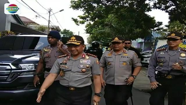 Saat melayat ke rumah duka bripka yang gugur dalam kerusuhan Mako Brimob, Jenderal Tito Karnavian nyatakan polisi tembak mati dua teroris yang menyerang anggota Polri dengan pisau beracun.
