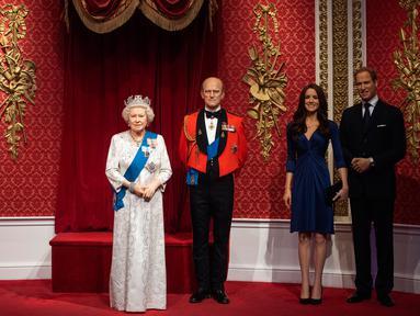 Ruang kosong setelah patung lilin Pangeran Harry dan istrinya, Meghan Markle menghilang dari barisan patung Keluarga Kerajaan Inggris di Madame Tussauds London, Kamis (9/1/2020). Penarikan tersebut menyusul pengumuman pasangan itu akan mundur dari tugas kerajaan. (Victoria Jones/PA via AP)