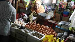 Pedagang merapihkan telur ayam di pasar tradisional Jakarta, Kamis (6/12). Berdasarkan data PIHPS Nasional, harga telur ayam ras pada 5 Desember 2018 mencapai Rp 25.650/kg, naik Rp 4.500/kg (21,28%) dibanding 1 November. (Liputan6.com/Immanuel Antonius)