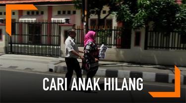 Seorang pria tunanetra asal Malang jalan kaki setiap hari selama 13 tahun demi mencari dua anaknya yang hilang.