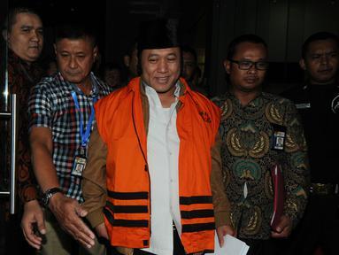 Bupati Lampung Selatan Zainudin Hasan dibawa menuju mobil tahanan seusai menjalani pemeriksaan di gedung KPK, Jakarta, Jumat (27/7). KPK resmi menahan adik Ketum PAN Zulkifli Hasan itu terkait dugaan suap proyek infrastruktur. (Liputan6.com/Dwi Narwoko)Bu