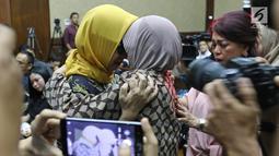 Terdakwa kasus dugaan korupsi investasi perusahaan di blok Basker Manta Gummy (BMG) Australia tahun 2009, Karen Agustiawan (kiri) berpelukan dengan rekannya saat akan menjalani sidang pembacaan putusan di Pengadilan Tipikor, Jakarta, Senin (10/6/2019). (Liputan6.com/Herman Zakharia)