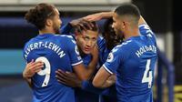 Striker Everton, Richarlison (tengah) melakukan selebrasi bersama rekan setim usai mencetak gol ke gawang Southampton dalam laga lanjutan Liga Inggris 2020/21 pekan ke-26 di Goodison Park, Liverpool, Senin (1/3/2021). Everton menang 1-0 atas Southampton. (AFP/Clive Brunskill/Pool)
