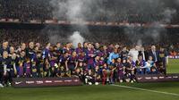 Tim Barcelona merayakan keberhasilan jadi juara La Liga 2018-2019 di Camp Nou, Minggu dini hari WIB (28/4/2019), setelah menekuk Levante 1-0. (AFP/Pau Barrena)