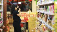 Warga keturunan Asia berbelanja di sebuah pasar swalayan di Los Angeles, California, Amerika Serikat, pada 4 Maret 2020. (Xinhua/Li Ying)
