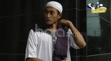 Bek Timnas Indonesia, Hansamu Yama Pranata, terlihat modis dengan mengenakan baju muslim saat sholat Jumat di Hotel Grand Fourwings, Bangkok, Thailand, Jumat (16/12/2016). (Bola.com/Vitalis Yogi Trisna)