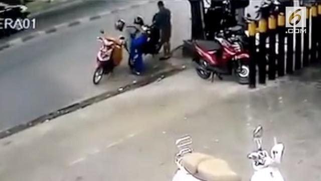 Rekaman CCTV pengendara motor ditabrak mobil saat berteduh di pinggir jalan. Rekaman ini viral dan mendapat beragam komentar warganet.