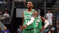 Guard Boston Celtics, Kyrie Irving, mencetak 16 poin dan 10 assist saat timnya mengalahkan Charlotte Hornets 108-100 di Spectrum Arena, Charlotte, Rabu (11/10/2017). (Bola.com/Twitter/NBA)