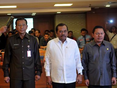 Jaksa Agung HM Prasetyo (Tengah) di dampingi Jamdatun Noor Rochmad (Kiri), dan Jampitsus Widyo Pramono (Kanan) di ambil sumpah sebelum rapat dengan Panitia Khuusus (Pansus) Pelindo, di Jakarta, Kamis (29/10/2015). (Liputan6.com/Johan Tallo)