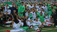 Pemain timnas Iran meluapkan kegembiraan usai mengalahkan Uzbekistan 2-0 dalam kualifikasi Grup A zona Asia di Stadion Azadi, Senin (12/6). Iran menjadi negara ketiga yang memastikan diri tampil ke putaran final Piala Dunia 2018 (AP Photo/Vahid Salemi)