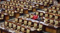Anggota dewan duduk di antara puluhan bangku kosong saat berlangsung rapat paripurna DPR di Kompleks Parlemen, Senayan, Jakarta, Selasa (10/7). Salah satu hal yang dibahas adalah pelaksanaan APBN Tahun Anggaran 2017. (Liputan6.com/Johan Tallo)