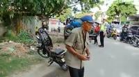 Ditilang Polisi, Opa Bakar Motor di Palu. (Liputan6.com/Apriawan)