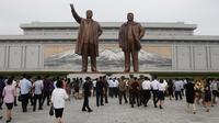 Sejumlah warga mengunjungi Mansu Hill untuk memberi penghormatan terhadap patung-patung perunggu dari Kim Il-sung dan Kim Jong-il pada peringatan 26 tahun kematian Kim Il-sung di Pyongyang, Korea Utara, Rabu (8/7/2020). (AP Photo/Cha Song Ho)
