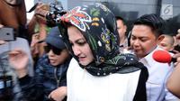 Istri Setya Novanto, Deisti Astriani Tagor (tengah) meninggalkan Gedung KPK, Jakarta, Senin (22/1). Deisti diperiksa terkait kasus dugaan merintangi penyidikan perkara e-KTP dengan tersangka Fredrich Yunadi. (Liputan6.com/Helmi Fithriansyah)