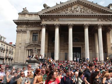 Suasana keramaian warga yang ingin melihat parade Zinneke di pusat kota Brussels, Belgia, (22/5). Parade Zinneke merupakan parade seni yang ditampilkan oleh seniman-seniman di daerah Brussels dan sekitarnya. (Arie Asona)