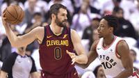 Kevin Love turut menyumbang poin yang banyak untuk Cavaliers saat kalahkan Raptors di gim kedua semifinal wilayah Timur NBA (Fred Thornhill/The Canadian Press via AP)