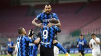 Romelu Lukaku, Alexis Sanchez, dan Arturo Vidal, merayakan gol ke gawang Torino dalam lanjutan Liga Italia Serie A 2020/2021, Minggu (22/11/2020). (AP Photo/Antonio Calanni)