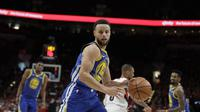 Stephen Curry membuat triple double saat Warriors melawan Blazers di final wilayah barat NBA (AP)