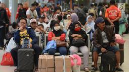 Calon penumpang menunggu pemberangkatan di Stasiun Pasar Senen, Jakarta, Rabu (29/5/2019). H-7 Lebaran, Stasiun Pasar Senen mulai dipadati penumpang yang ingin mudik ke kampung halaman masing-masing. (merdeka.com/Imam Buhori)