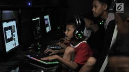 Seorang anak bermain game online di salah satu warung internet (warnet) di kawasan Duren Sawit, Jakarta, Senin (23/7). Kecanduan game online atau gaming disorder dapat berisiko pada penurunan kosentrasi belajar, daya ingat. (Merdeka.com/Iqbal S. Nugroho)