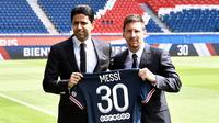 Lionel Messi resmi bergabung dengan Paris Saint-Germain dengan nomor punggung 30. Nomor ini sebenarnya pernah dipakai oleh La Pulga di awal karienya bersama Barcelona. Messi bergabung dengan PSG dengan berstatus bebas transfer. (Foto: AFP/Stephane De Sakutin)