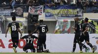 Para pemain TIRA Persikabo merayakan gol yang dicetak Osas Marvellous ke gawang Persib Bandung pada laga Piala Presiden 2019 di Stadion Si Jalak Harupat, Bandung, Sabtu (2/3). Persib kalah 1-2 dari TIRA. (Bola.com/Yoppy Renato)