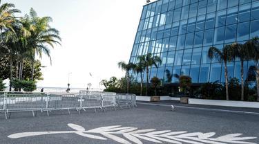 """Foto yang diabadikan pada 18 April 2020 ini menunjukkan Palais des Festivals yang kosong di Cannes, Prancis. Salah satu festival film terbesar di dunia yang sedianya berlangsung pada 12-23 Mei 2020 ini tidak akan berlangsung dalam """"bentuk aslinya"""" akibat pandemi COVID-19. (Xinhua/Serge Haouzi)"""