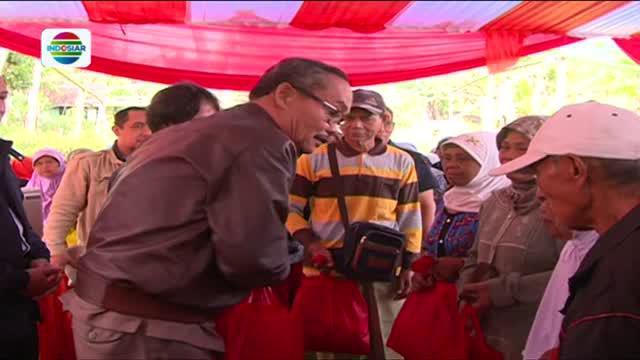 Warga  yang tinggal di sekitar lokasi berdirinya transmisi Indosiar mendapatkan ratusan paket kebutuhan pokok untuk kebutuhan sehari-hari.