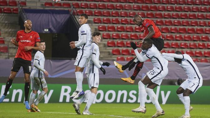 Pemain Rennes Serhou Guirassy (kanan atas) mencetak gol ke gawang Chelsea pada pertandingan Grup E Liga Champions di Stadion Roazhon Park, Rennes, Prancis, Selasa (24/11/2020). Chelsea melaju ke 16 besar Liga Champions usai mengalahkan Rennes 2-1. (AP Photo/David Vincent)