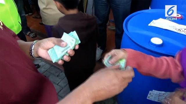 Salah satu pabrik rokok di Kediri, Jawa Timur, membagikan zakat pada masyarakat sekitar yang kurang mampu.