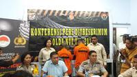 Foto: Dirkrimum Polda NTT Komes Pol Yudi Sinlaeloe didampingi Kabid Humas Polda NTT saat gelar konferensi pers di Mapolda NTT (Liputan6.com/Ola Keda)