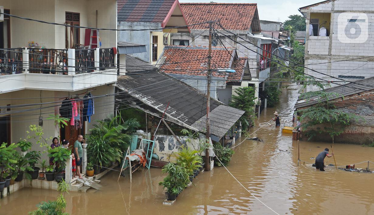 Suasana banjir yang merendam kawasan Cipinang Melayu, Jakarta Timur, Jumat (19/2/2021). Banjir di kawasan tersebut akibat curah hujan yang tinggi dan meluapnya air dari Kali Sunter. (Liputan6.com/Herman Zakharia)