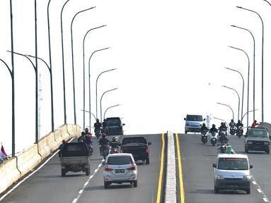 Kendaraan bermotor melintasi flyover simpang gaplek di Pamulang, Tangerang Selatan, Jumat (15/5/2020). Beroperasinya flyover sepanjang 446 meter  yang menghubungkan Ciputat- Parung itu diharapkan membantu mengurai kemacatan yang kerap terjadi di kawasan tersebut. (merdeka.com/Arie Basuki)