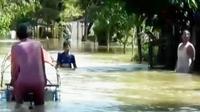 Ratusan rumah di Kota Sampang terendam banjir.