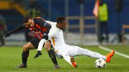 Pemain  AS Roma, Gerson berebut bola dengan pemain Shakhtar Donetsk, Ismaily pada leg pertama babak 16 besar Liga Champions di Oblasny SportKomplex Metalist, Kamis (22/2). Shakhtar Donetsk sukses memetik kemenangan tipis 2-1. (AP/Efrem Lukatsky)