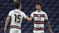 Pemain Portugal, Joao Felix dan Diogo Jota, merayakan gol yang dicetak ke gawang Kroasia pada laga UEFA Nations League di Stadion Dragao, Minggu (6/9/2020). Portugal menang dengan skor 4-1. (AP/Miguel Angelo Pereira)