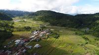 Foto Desa Ngata Toro yang dikelilingi gunung dan hutan Taman Nasional Lore Lindu, Sigi, yang diambil dari udara (drone). (Foto: Dony-TNLL).