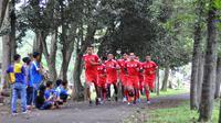 Skuat Arema saat latihan fisik di Kebun Raya Purwodadi, Pasuruan. (Bola.com/Iwan Setiawan)