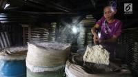 Pekerja membuat adonan oncom di salah satu rumah industri di Jakarta, Rabu (6/12). Sebesar Rp 60 triliun atau 50 persen dari Kredit Usaha Rakyat (KUR) akan disalurkan pada tahun depan dan dialokasikan ke sektor produktif. (Liputan6.com/Angga Yuniar)