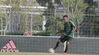 Gelandang Timnas Indonesia U-22, Todd Rivaldo Ferre, berlatih di Lapangan American University of Phnom Penh (AUPP), Kamboja, Selasa (19/2/2019). (Bola.com/Zulfirdaus Harahap)