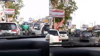 driver ojol bantu buka jalan ambulans (foto: Twitter/@aratiararismala)