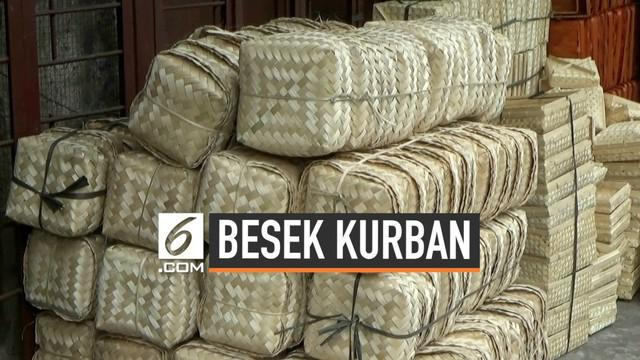 Adanya larangan penggunaan plastik saat pembagian hewan kurban oleh Pemprov DKI Jakarta membuat permintaan besek di Pasar Mester, Jatinegara, Jakarta Timur meningkat.