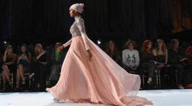 Model Halima Aden berjalan di atas catwalk menggenakan busana rancangan Sherri Hill Show selama New York Fashion Week 2019 di New York City (8/2). Halima merupakan model berhijab keturunan Amerika-Somalia. (AFP Photo/Ben Gabbe)